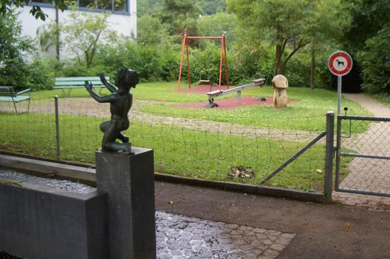Spielplatz beim Hallenbad mit Schaukel und Wippe