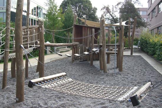 Spielplatz zeka mit diversen Holzspielgeräten