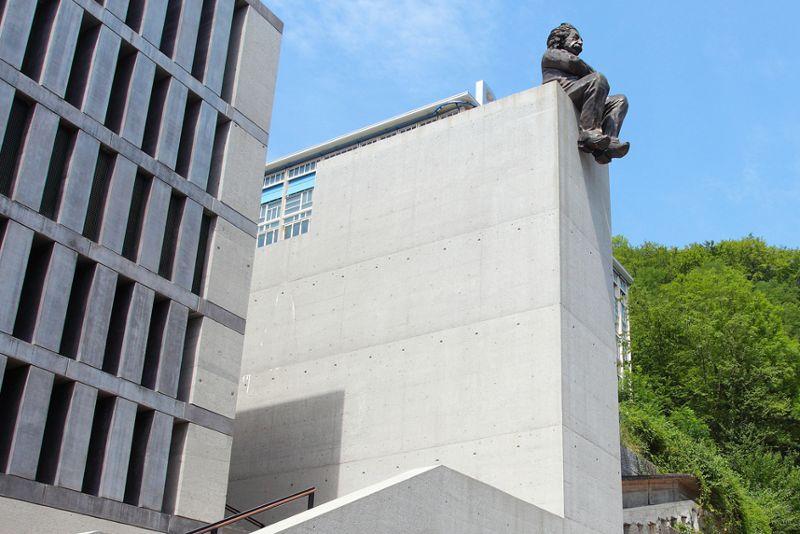 Berufsfachschule BBB (BerufsBildungBaden) - Einstein auf dem Dach des Schulgebäudes