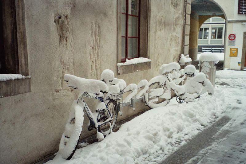 Winterdienst durch den Werkhof Stadt Baden - Verschneite Strassen und Fahrräder in der Innenstadt Baden