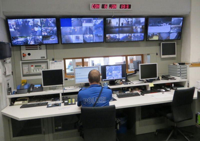 Einsatzzentrale der Stadtpolizei Baden - Alarmzentrale mit Überwachungsbildschirmen