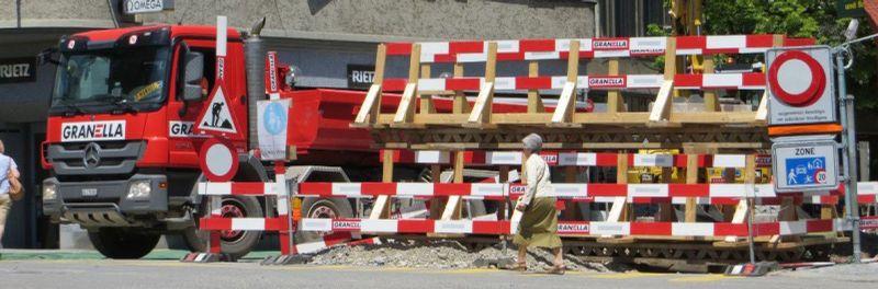 Verkehrsbehinderungen Stadt Baden - Baustelle mit Lastwagen und Bauarbeitern